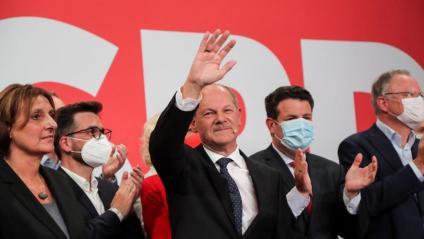 El candidat socialdemòcrata (SPD) a la cancelleria d'Alemanya, Olaf Scholz, saluda els seus simpatitzants aquest diumenge al vespre