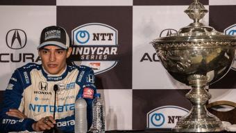 Àlex Palou en la roda de premsa amb el trofeu de campió