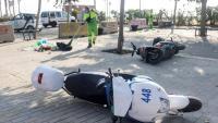 Un operari neteja part de les destrosses provocades a Barcelona