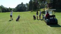 Imatge d'arxiu d'un grup de gent jugant al golf a l'antic Club de Golf Sant Cugat