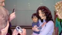 Arribant el 2011 a l'aeroport del Prat amb la seva filla Alejandra, que va adoptar a Nicaragua.