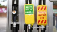 Una gasolinera,  amb cartells als assortidors per avisar que estan fora de servei, a Londres
