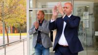 L'alcalde de la Ràpita, Josep Caparrós, i el tinent d'alcalde, Albert Salvadó, aplaudint a la sortida dels jutjats d'Amposta, en una imatge del 3 d'abril del 2019