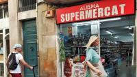 Un comerç de conveniència, al carrer de Sant Pere Més Alt. Ara seran vigilats per l'Ajuntament per la venda d'alcohol