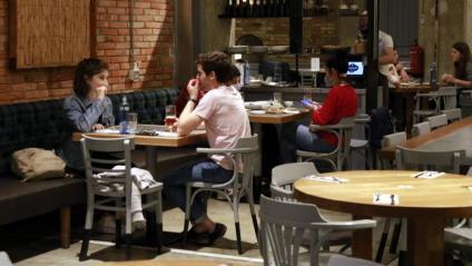 Algunes parelles fan un àpat a l'interior d'un restaurant