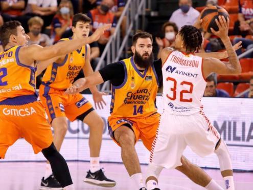 Thomasson envoltat de jugadors del València