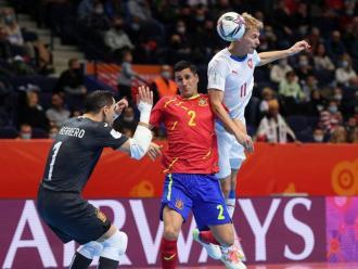 Una jugada del partit entre la selecció espanyola i la República Txeca