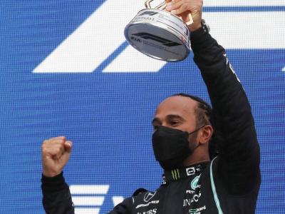 Hamilton amb el trofeu