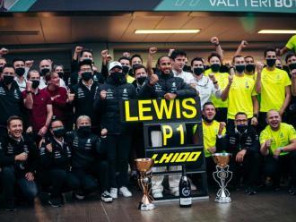 Lewis Hamilton i l'equip Mercedes celebren la victòria número 100