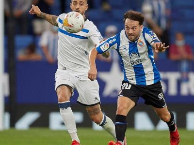 Keidi Bare, disputant la pilota amb Joselu en el partit contra l'Alavés