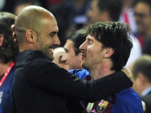 Pep Guardiola i Leo Messi s'abracen celebrant un títol amb el Barça