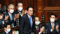 Kishida, aplaudit per diputats, en la sessió en què va ser elegit primer ministre del Japó, el 4 d'octubre