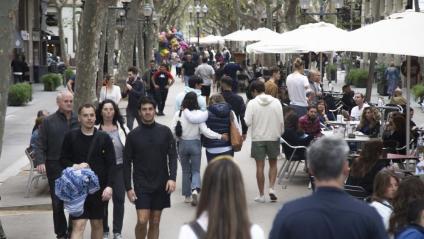 Gent passejant per la Rambla del Poblenou de Barcelona