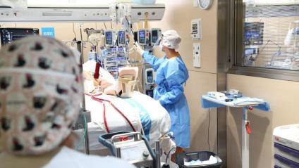 Personal sanitari atén una malalt de covid a l'Hospital Vall d'Hebron