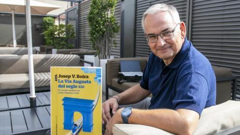 <b>Josep V. Boira, </b>amb un exemplar del llibre que acaba de presentar