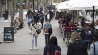 Gent passejant per Barcelona