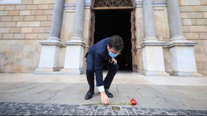 El president Aragonès fent una ofrena a la llamborda que recorda Companys davant de Palau