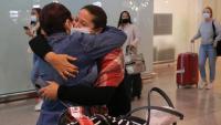 Dues persones s'abracen a l'aeroport