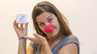 La fundadora de Pallapupas, Angie Rosales, amb el nas vermell que els caracteritza, a la seu de l'entitat, al nucli antic de Barcelona