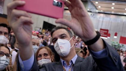 Sánchez fent una foto de grup amb la militància en el 40è congrés del PSOE, ahir a València