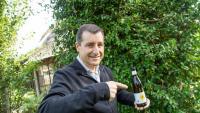 Josep Roca mostra una ampolla de la cervesa Duet, elaborada per Damm i el Celler, que acaba de sortir al mercat