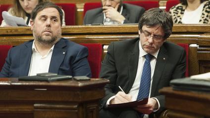 El vicepresident Oriol Junqueras i el president Carles Puigdemont durant una sessió de control al Parlament el 25 de gener del 2017