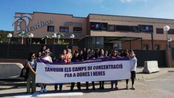 Algunes dones que han participat a la manifestació de la Jonquera davant el club Paradise