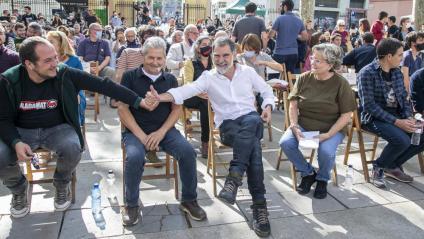 Jordi Cuixart saludant ahir a David Fernàndez en l'acte a Sants, acompanyats de Guillem Agulló i Carme Salvador, els pares de Guillem
