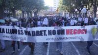 La capçalera de la manifestació contra el preu de la llum
