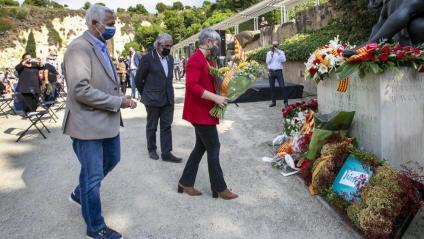 La consellera de Justícia, Lourdes Ciuró, en un moment de l'homenatge que es va fer ahir al cementiri de Montjuïc de Barcelona