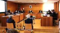 Pla general de l'expresident d'Escal UGS, Recaredo del Potro (dreta) i l'exconseller delegat, José Luis Martínez Dalmau (esquerra), asseguts (en primer terme) al banc dels acusats en la primera jornada del judici del Castor