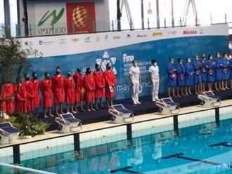La selecció espanyola júnior, de vermell, abans d'un partit del mundial
