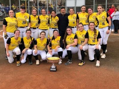 Les campiones, amb el trofeu a València.