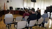 Els acusats, d'esquena, durant el judici