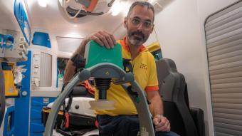 El metge Francesc Carmona, dins d'una ambulància avançada del SEM, amb el compressor toràcic Lucas
