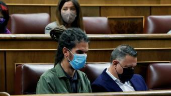 El diputat Alberto Rodríguez, a l'esquerra, al seu escó al Congrés