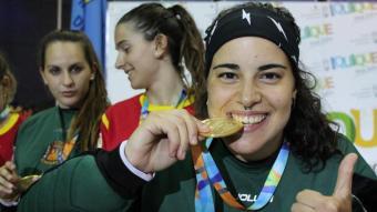 L'exportera d'hoquei patins Teresa Bernadas celebra una medalla obtinguda amb la selecció d'hoquei patins
