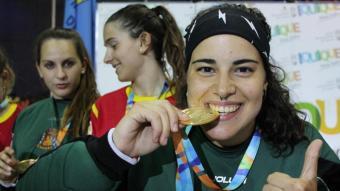 L'exjugadora d'hoquei patins Teresa Bernadas celebra un títol guanyat amb la selecció espanyola