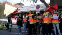 Protesta de treballadors del servei del 061 a la seu del SEM d'Hospitalet de Llobregat