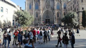 """Molts turistes, ahir a primera hora de la tarda, davant la catedral de Barcelona. La ciutat està """"recuperant el moviment"""""""