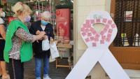 Una dona escriu un missatge de suport ahir a l'Hospitalet