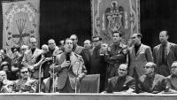 Rodolfo Martín Villa, al costat d'Adolfo Suárez, a sota de l'escut, en un acte de la Falange Española l'any 1965