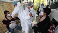 Dues dones reben la vacuna a Bolívia