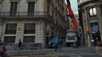 Una grua de grans dimensions va situar dimarts els nous equips de refrigeració al terrat de l'edifici policial