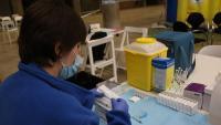 Una infermera prepara xeringues per posar vacunes contra la covid