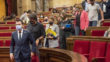 El president de la Generalitat, Pere Aragonès, ahir, baixant les escales de l'hemicicle