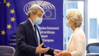 El president de l'eurocambra, David Sassoli, conversa amb la presidenta de la Comissió Europea, Ursula von der Leyen, en una imatge d'arxiu