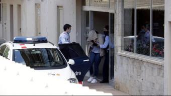 Moment en què un dels detinguts pels Mossos és introduït al vehicle policial