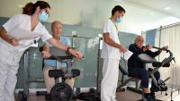 Pacients del programa de rehabilitació fent exercicis cardiorespiratoris