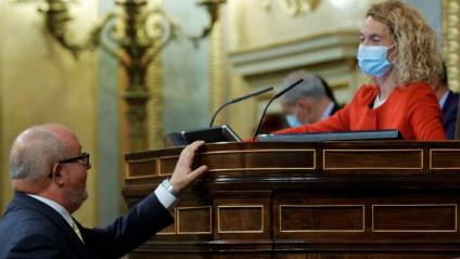 La presidenta del Congrés dels Diputats, Meritxell Batet, parla amb el diputat d'ERC, Joan Capdevila